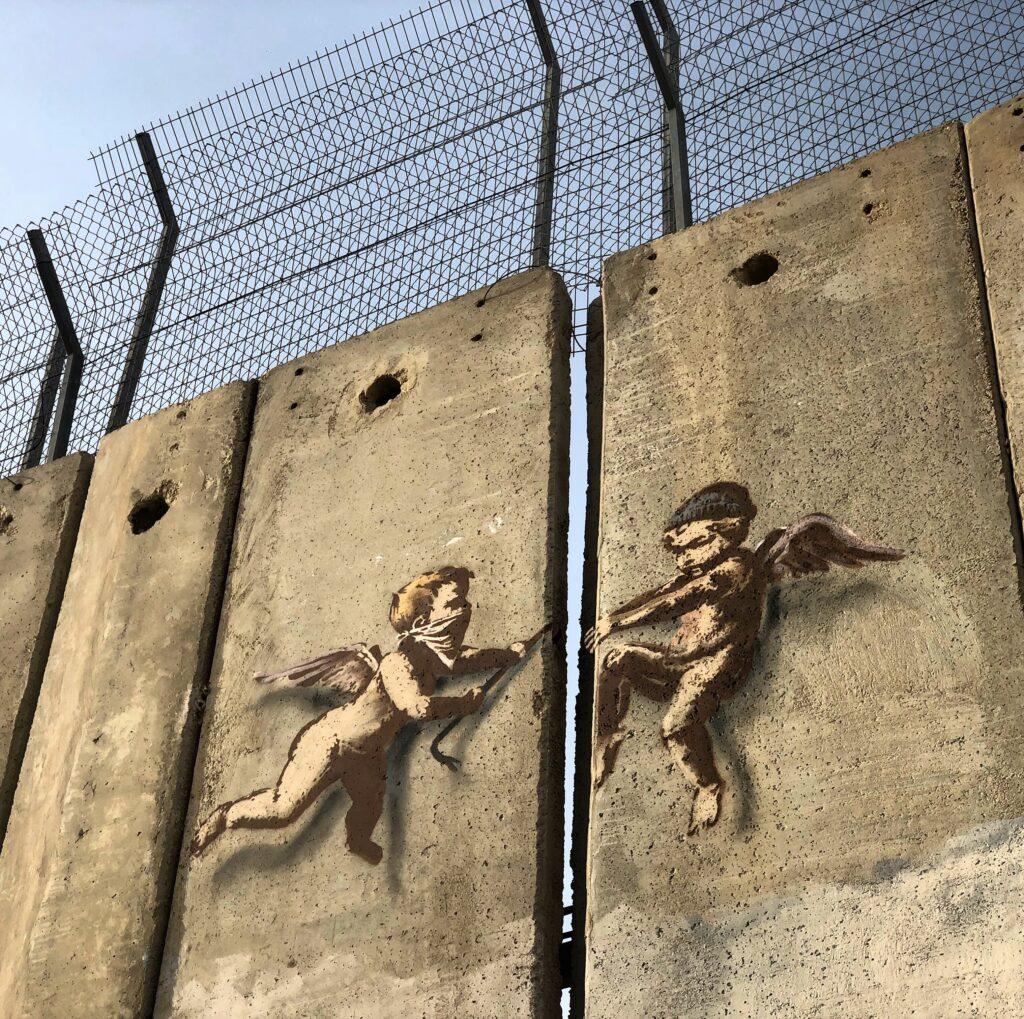 Graffito di Banksy sul lato del muro palestinese