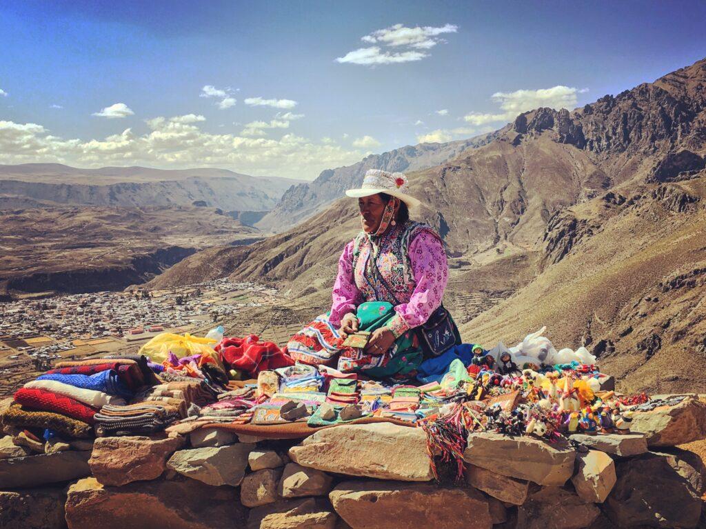 Bancarella panoramica sul villaggio di Chivay