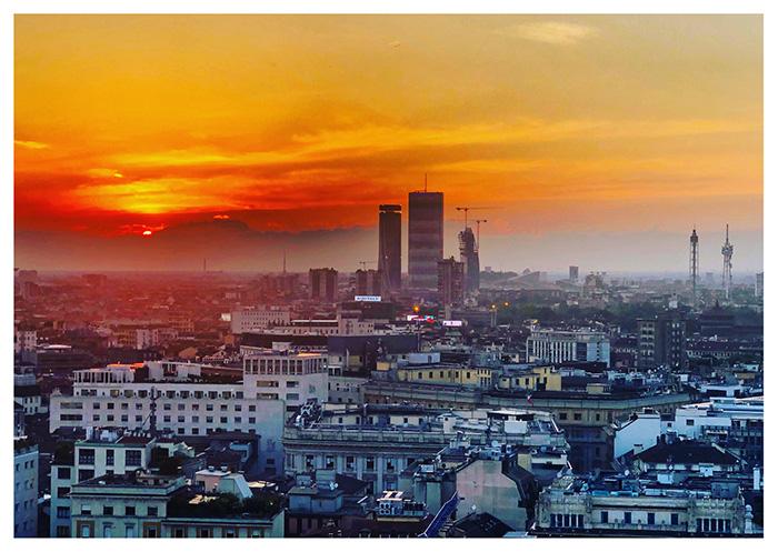 Il trend dei viaggi bleisure: aperitivo con vista su una terrazza di Milano